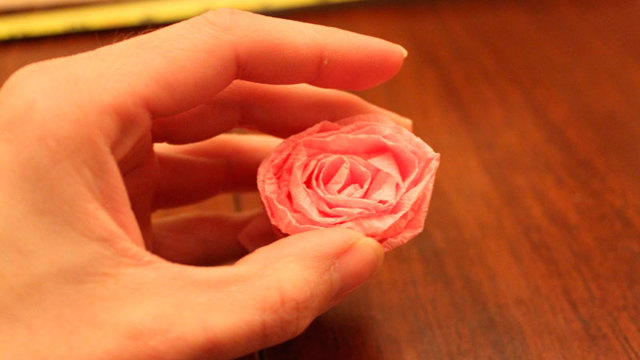 Топиарий из роз из гофрированной бумаги. Мастер-класс