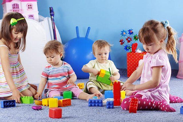 Как научить ребёнка играть с другими детьми